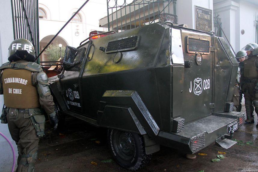 Les carabiniers forcent les grilles du lycée