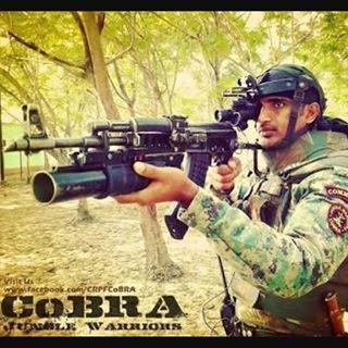 Un paramilitaire indien avec un AK47 UBGL tel que dérobé par l'évadé