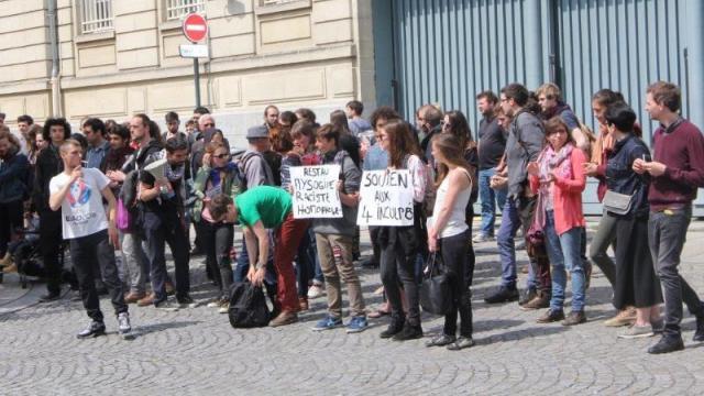 Rassemblement solidaire, devant la sandwicherie, pendant que se déroulait le procès.