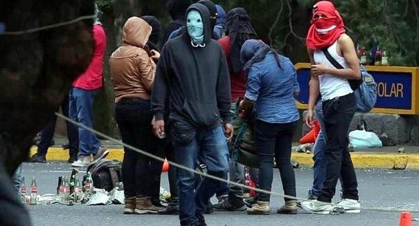 Des manifestants avenue des Insurgentes
