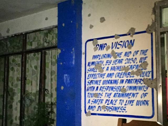 Le mur criblé de balles du siège local de la police nationale (PNP)