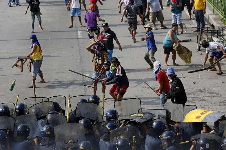 Les habitants face aux policiers à Quezon City