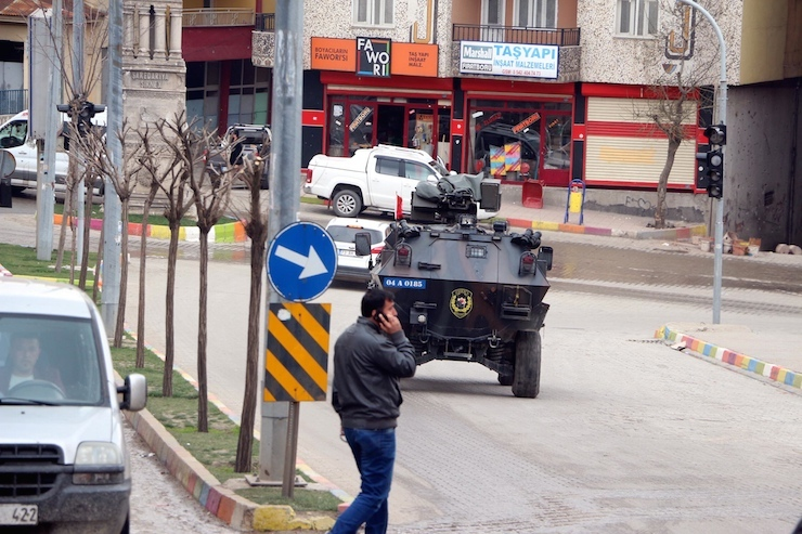 Un blindé de la police en patrouille à Sirnak