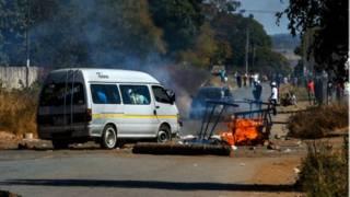 Barricade lors des manifestations au Zimbabwe