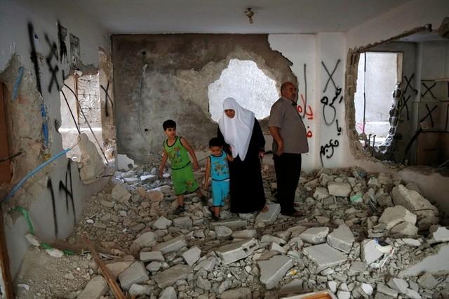 Les parents d'Issa Assaf dans la maison familiale détruite par les Israéliens