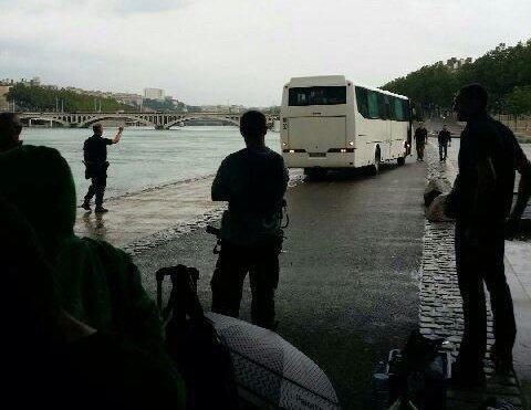 L'autobus de la police emportant les militants