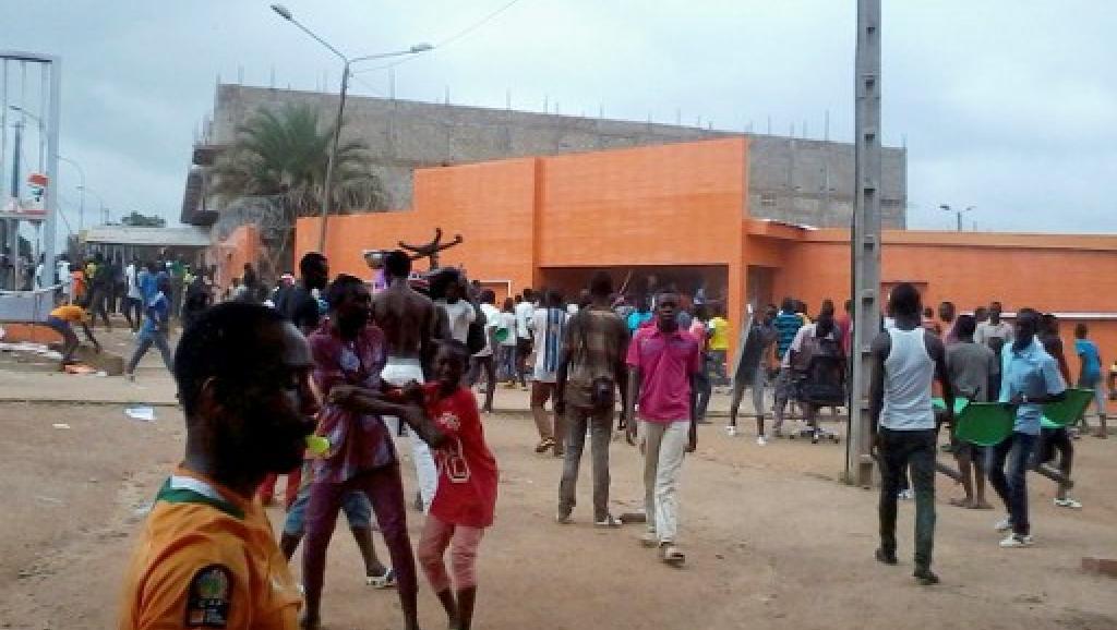 Manifestation devant les locaux de la Compagnie ivoirienne d'électricité à Bouaké