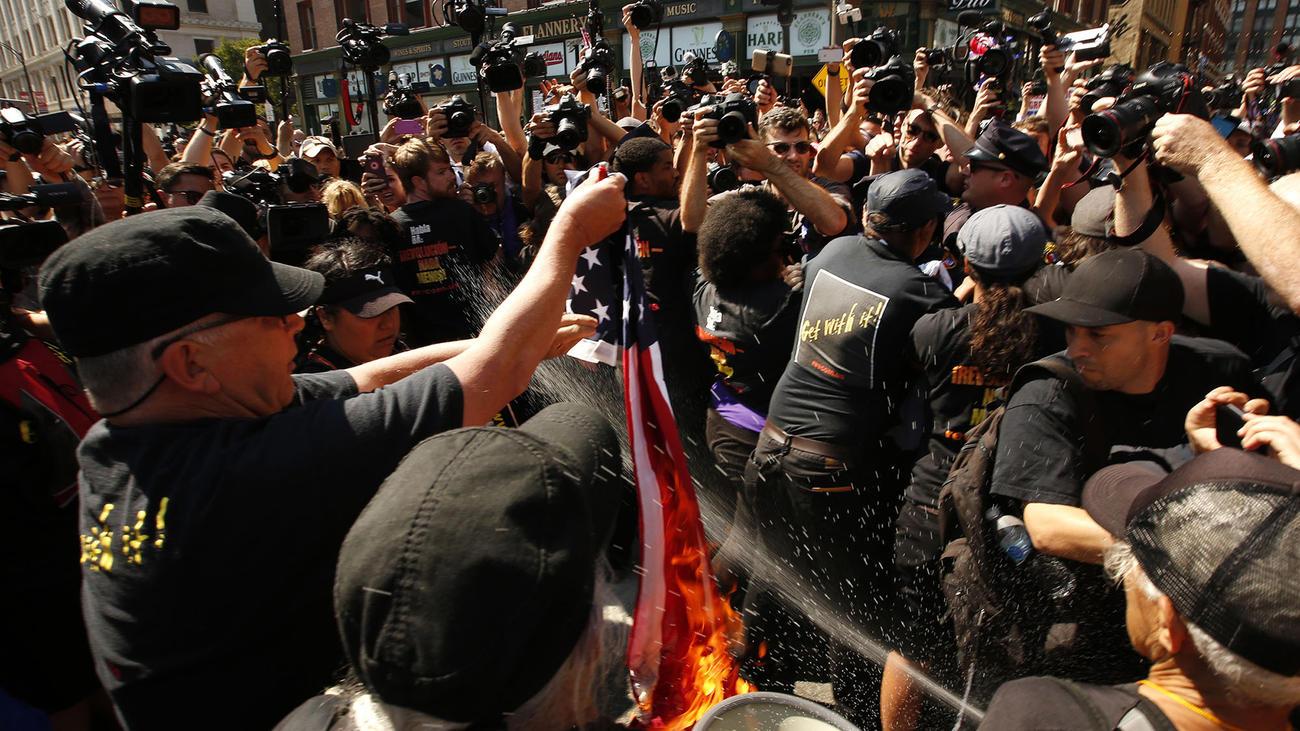 L'incendie du drapeau américain à Cleveland