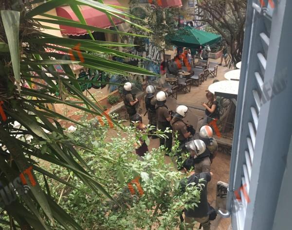Cordon de policiers autour de l'endroit où le dealer a été abattu