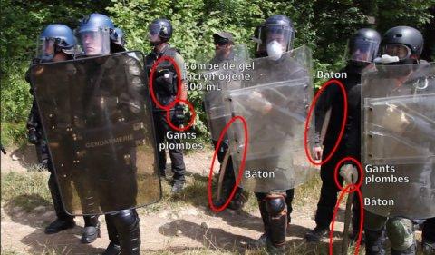A gauche (casques bleus) les gendarmes, à droite (casques noirs) les vigiles de l'ANSA