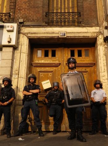 Les policiers devant le squat