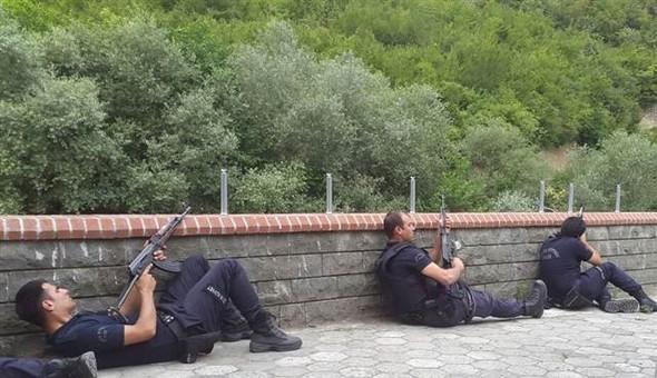 Policiers à couvert sur le lieu de l'embuscade de Maçka