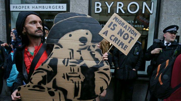 A la manifestation d'hier, l'ours Paddington qui, rappelons-le, est  arrivé en Angleterre du Pérou en canot de sauvetage