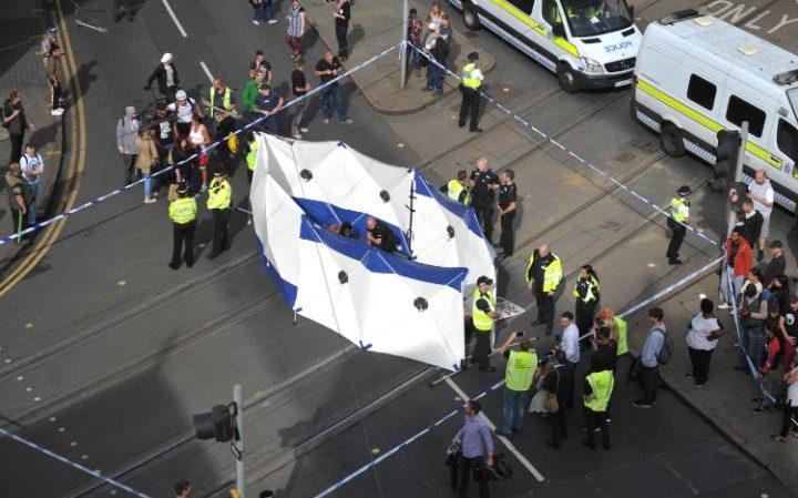 La police a isolé d'un écran des manifestants bloquant le tram à Nottingham
