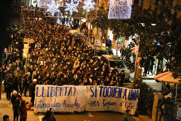 Manifestation à Barcelone de soutien aux prisonniers de Pandora, une opération antiterroriste lancée en 2014