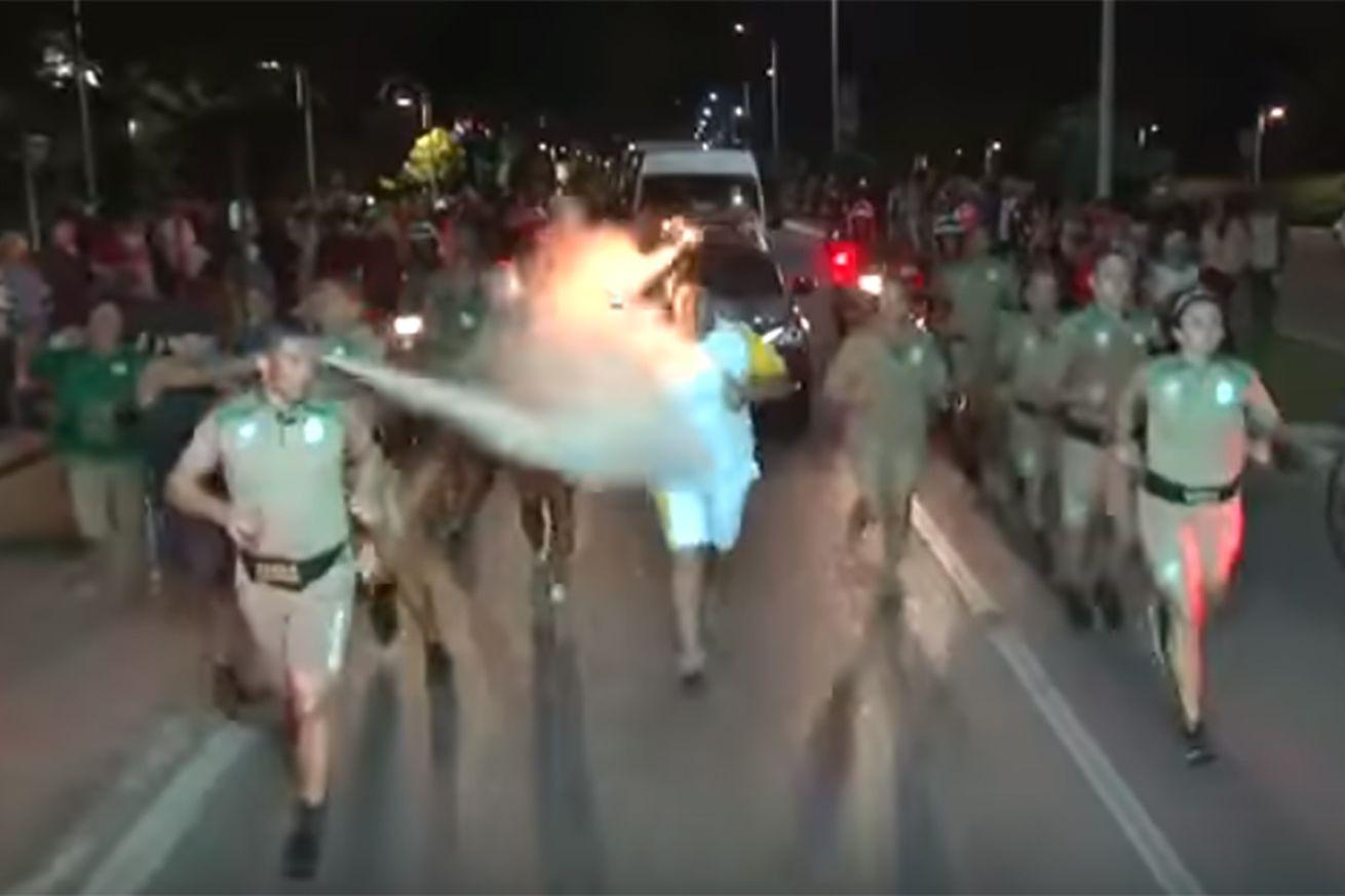 Un manifestant tente d'éteindre de la flamme