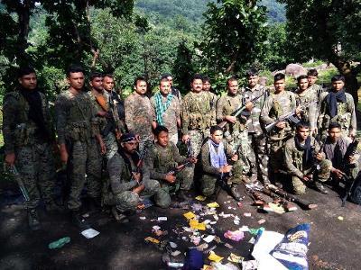 Les paramilitaires prennent la pose après l'assassinat d'Ashish Da