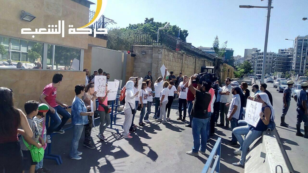 Devant l'ambassade de France à Beyrouth hier