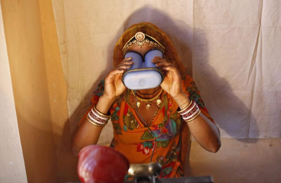 Une Indienne scannant ses iris.