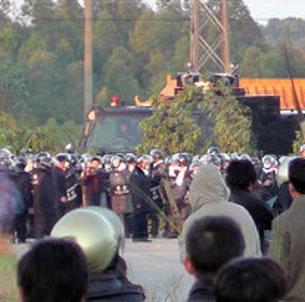 Les villageois de Wukan face à la police anti-émeute en 2011