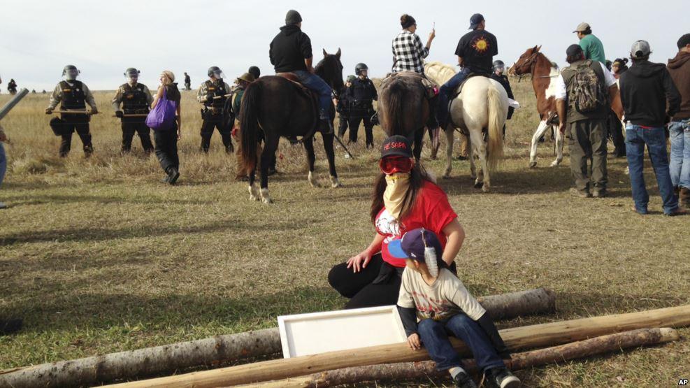 Face à face entre manifestants sioux et policiers