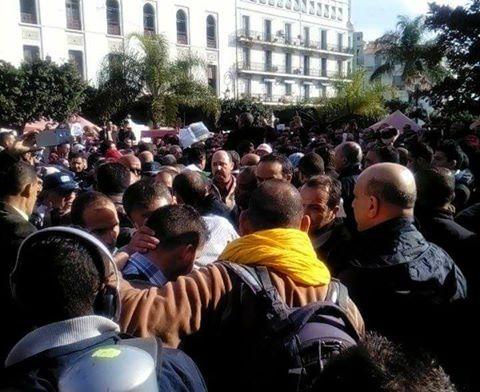 Les policiers en civil interviennent dans les rassemblements à Alger
