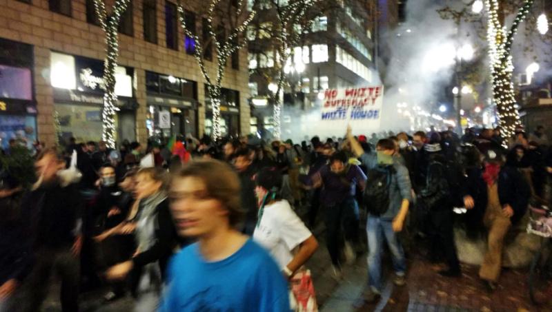 La police lance des grenades flash-bangs dans la foule à Portland, hier  jeudi
