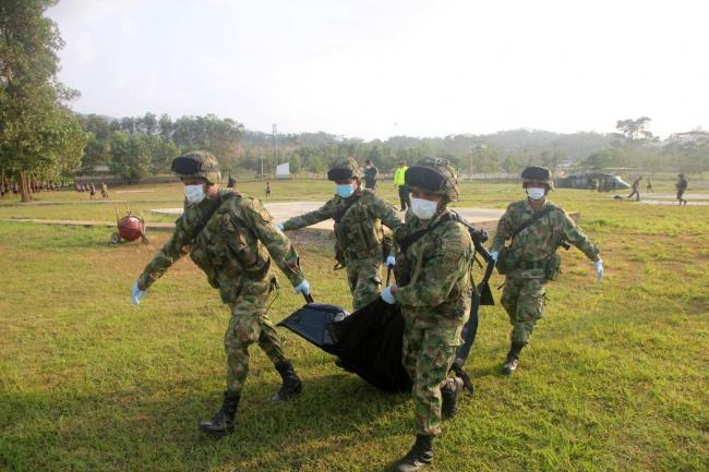 Les militaires emportent la dépouille de