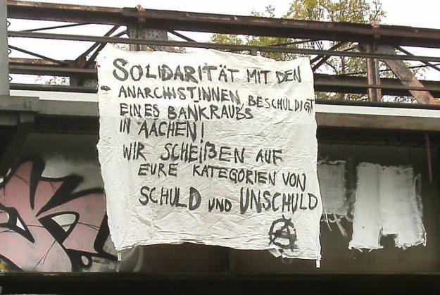 banderole à Münich: « Solidarité avec les anarchistes accusées de braquage de banque à Aachen! Nous n'en n'avons rien à foutre de vos catégories de coupables et d'innocents »