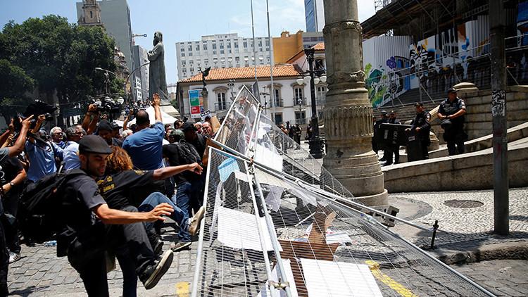 Les manifestants avancent vers l'Assemblée à Rio