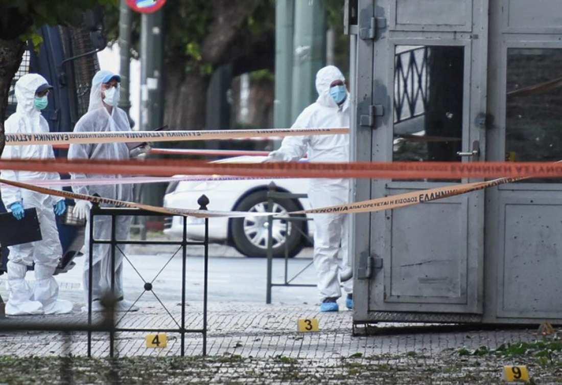La police mène l'enquête devant l'ambassade de France à Athènes