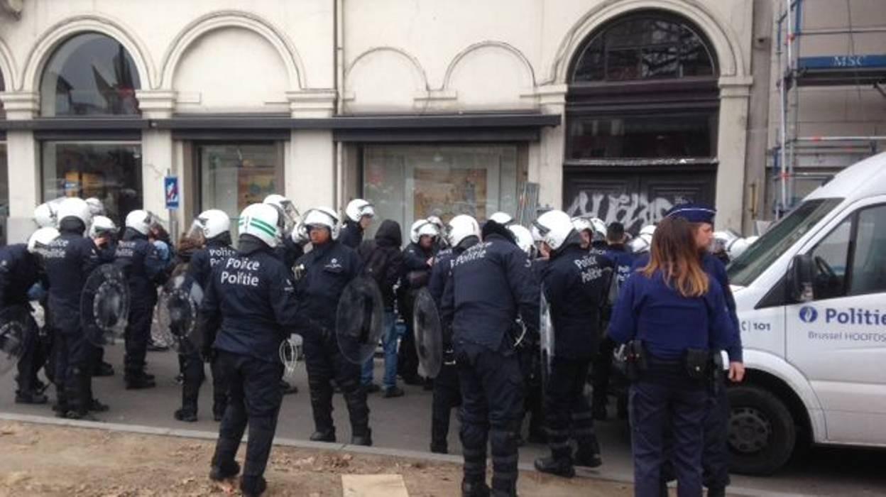 La police arrête 70 antifas à Porte de Namur