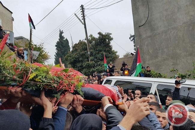 La dépouille d'Ahmed Hazem Atta, portée par ses proches
