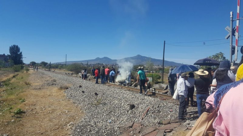 Blocage d'une voie ferrée par les grévistes de la CNTE