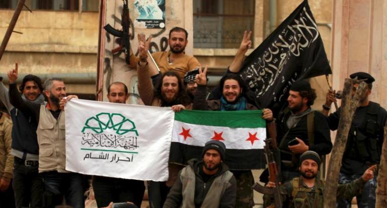 Des militants accompagnés des drapeaux de l'ASL, du Front Islamique et du Front Al Nusra