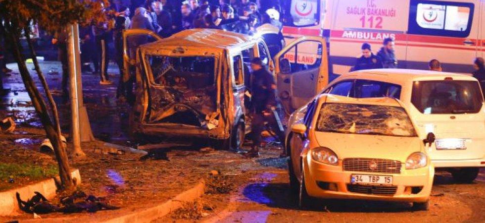 Une fourgonnette de police dévastée par l'explosion