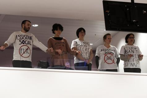Travailleurs sociaux manifestants contre le projet de loi