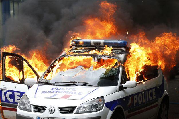 La voiture de police incendiée le 18 mai
