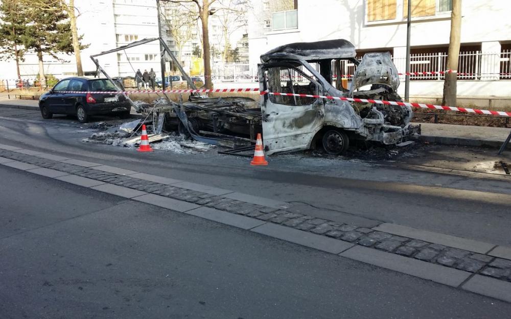 Véhicules incendiés devant le commissariat des Ulis