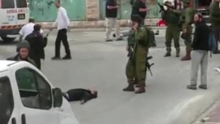 Le Palestinien blessé qui sera achevé un instant plus tard