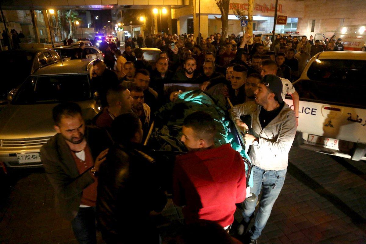 Les secouristes palestiniens emportent le corps de Mohammed Hattab