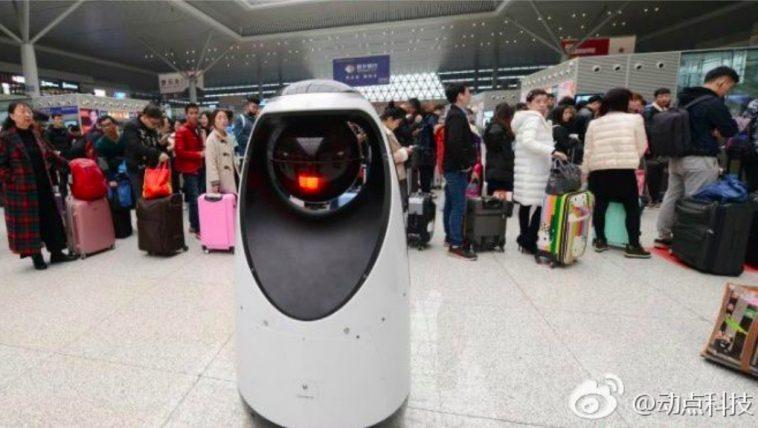 Un robot-policier dans la gare de Zhengzhou