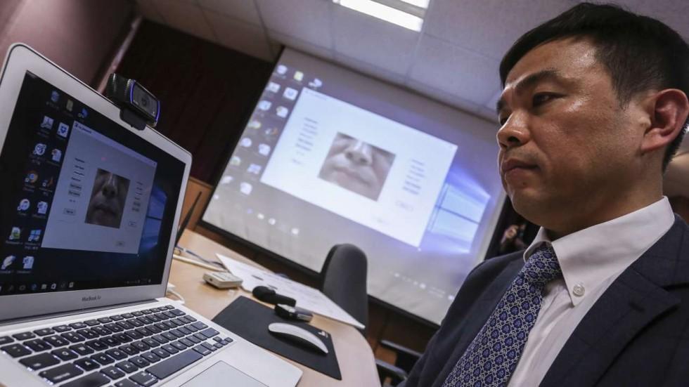 Le professeur Cheung Yiu-Ming, qui dirige l'équipe, faisant la démonstration du système