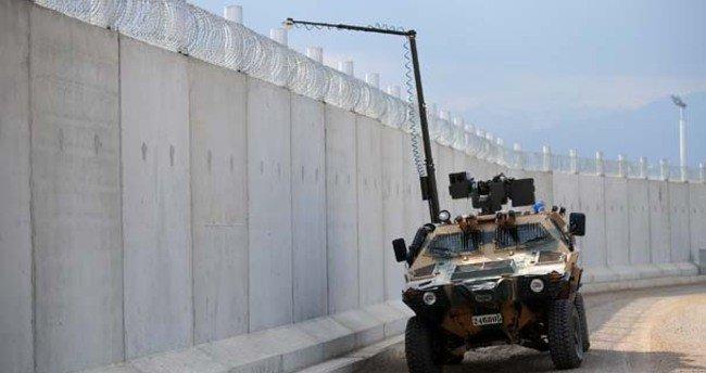 Un Kobra 2 le long du mur isolant le Rojava