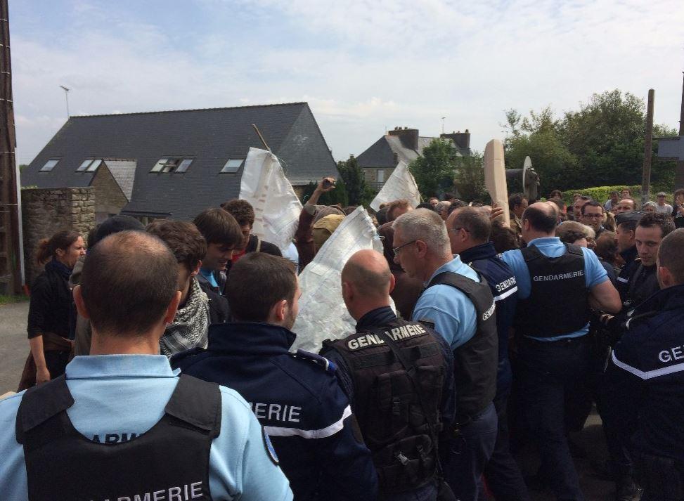La gendarmerie dégage les voies de la gare de Plouaret le 26 mai 2016