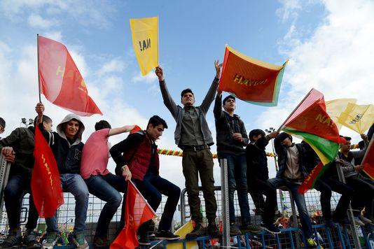 Participants au Newroz brandissant le