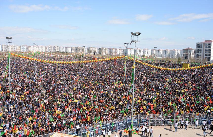 Comme chaque année, des milliers de Kurdes rassemblés à Amed pour le Newroz