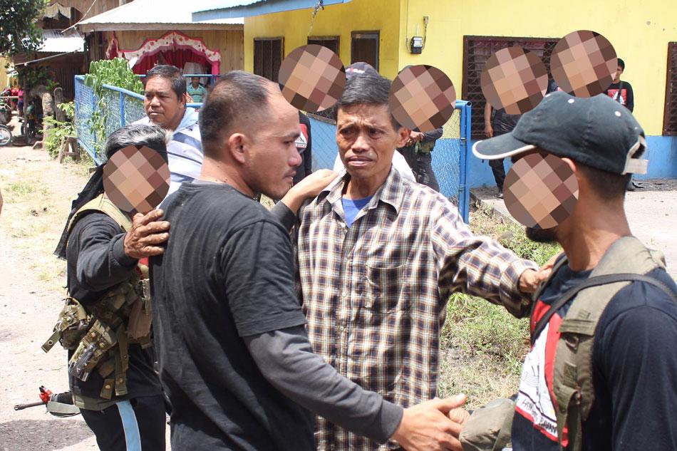 Les guérilleros libérant les deux militaires samedi