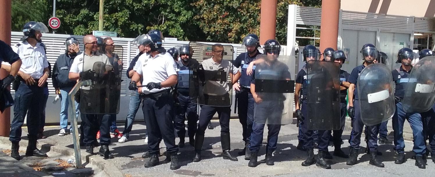 Les policiers déployés devant le lycée à Alès