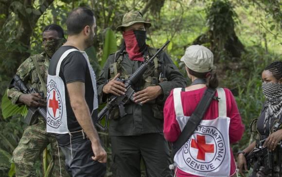 Les membres du CICR et de l'ELN lors de la libération